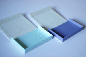 2つのボックス型名刺ケース(オフホワイト×ミント・オフホワイト×パープル)