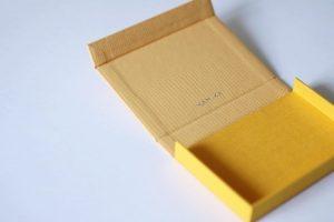 イエローのボックス型名刺ケース