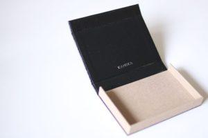 ブラック×ホワイトブラウンのボックスタイプ名刺ケース