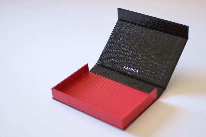 ボックスタイプ名刺ケース カラー:黒×赤